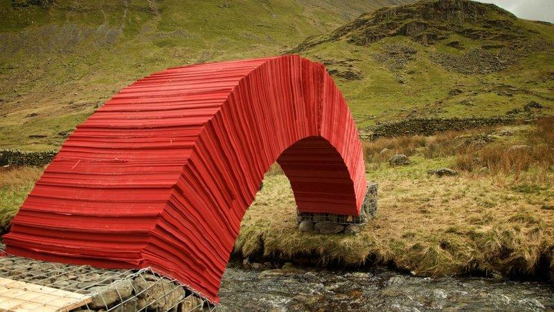 这自然不是世界上最长的桥,但它肯定是最有意思的桥。它是环境艺术家Steve Messam的装置艺术,使用22000张大红色的纸建成。从美学上说,纸桥的颜色与周围的景色形成了鲜明的对比,让它成为独一无二的焦点。而从概念层面,Messam解释了桥与环境的关系:纸是木浆与水的产物。桥与环境之间强烈的颜色对比突出了结构的设计感。桥的材质和构造也体现了当地的建筑风格。所有这些纸张也都将回收利用。