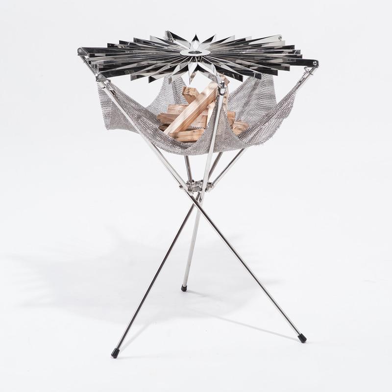 formAxiom是意大利波尔萨诺一间设计工作室,专注于产品设计、创意设计、企业设计、动画及渲染。最新设计是一件不锈钢便携BBQ烤肉架。它非常轻便,只需一步就可以像伞一样撑开,可以承载任何固态燃料。悬吊的火网可以隔绝高温,保证不被架子烫到。清理起来也非常方便,浸入水中擦洗便可。