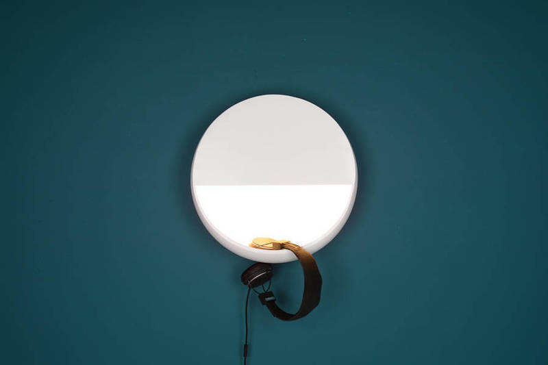 kaschkasch工作室设计了一款独特的壁灯,上半圆中集成了灯泡,下半圆