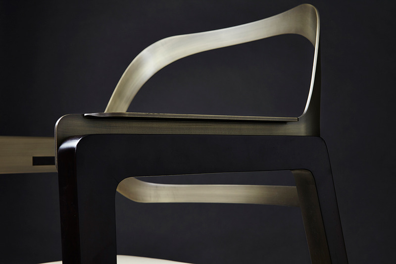 椅子的架子有一部分贴胡桃木皮,座包扪皮,铁的部分经过抛光处理,整个